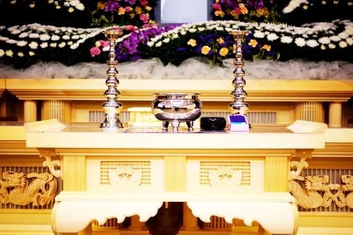 葬儀 葬儀場 遺影 線香 告別式 通夜 お別れ会 惜しむ会 葬儀イメージ 悲しみ 別れ 手を合わせる ご霊前 花 白菊 ローソクたて 焼香 終活 さびしい 思い 死 灰
