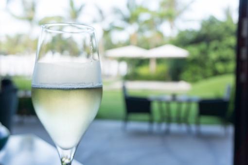 シャンパン ホテル シャンパングラス スパークリングワイン 朝 緑 緑色 爽やか さわやか 清々しい すがすがしい すっきり 優雅 セレブ 昼 昼間 グラス テラス