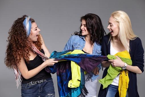 人物 外国人 モデル 女性 3人    複数 グループ 仲間 友達 友情  20代 若者たち 大学生 スタジオ撮影 白バック  白背景 ファッション カジュアル 布 ロープ 引っ張る 騒がしい かしましい  うるさい 笑顔 おしゃべり 楽しい 楽しげ 屈託のない 楽天的 女友達 取り合い 女友達 取り合い  mdff025 mdff026 mdff027