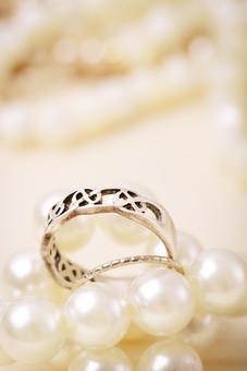 指輪 リング アクセサリー アクセ 装飾品 女性 レディース 男性 メンズ ユニセックス シルバー シルバーリング ファッションリング 貴金属 デザイン シンプル 細い 凹凸 凸凹 デコボコ 太い 模様 接写 クローズアップ アップ 背景 パール 真珠 男 女
