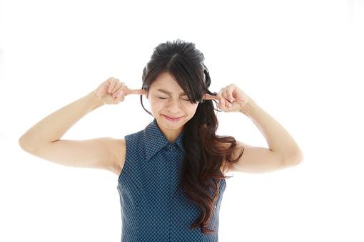 モデル 人物 日本人 日本 女性 女 女子 大人 20代 30代 ロングヘア   苦痛 苦しい 落ち込む へこむ 凹む 残念 悲しい 悩み事 悩みごと 悩む 頭痛 ずつう 耳鳴り うるさい 煩い 五月蠅い 病気 白バック 白背景 mdjf019