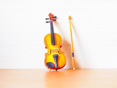 ヴァイオリン バイオリン 音響 アンティーク アート 芸術 バロック ブリッジ 古典 古典的な クラシック フィドル 楽器 弦楽器 音楽 音楽的 ネック ペグ スクロール 弦 ヴィンテージ 木 木工 ストリングス 楽譜 ミニチュア ミニ おもちゃ オーストリア ウィーン 弓 演奏会 プログラム チラシ 持つ 弾く カルテット ソロ 独奏