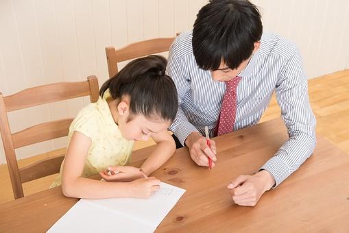 人物 日本人 男性 子供 こども  女の子 小学生 勉強 学習 教育  家庭教師 家庭学習 中学受験 受験勉強 成績  自宅 屋内 部屋 机 教える  教わる マンツーマン 書く 考える 指導する 赤ペン mdjm005 mdfk014