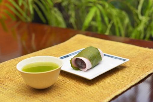 桜餅 和菓子 スイーツ デザート 桜 餡子 餡 サクラ さくら 葉 日本 緑茶 日本茶 お茶 くつろぎ やさしい 美味しい おいしい 憩い 休憩 食後 おやつ 食事 テーブル 植物 グリーン 背景素材 さくら餅 緑