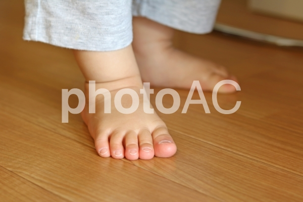 子供の足元の写真