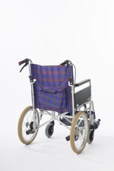 車椅子 車いす 車イス 白バック 白背景 全体  タイヤ 椅子 車輪 取手 一台  青 介護 不自由 医療 療養 医療器 障害 移動 福祉 用品  病院 ホスピタル 介助 手動 背面