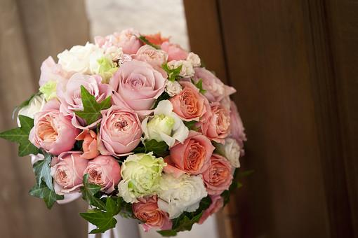 結婚式 ブライダル 式場 ラウンドブーケ ブライダルフラワー ウェディングブーケ バラ 薔薇 ローズ 花束 生花 アイビー 白 ホワイト ピンク 緑 グリーン 美しい 綺麗 華やか 幸せ 幸福 プロポーズ 記念 ブーケトス 花嫁