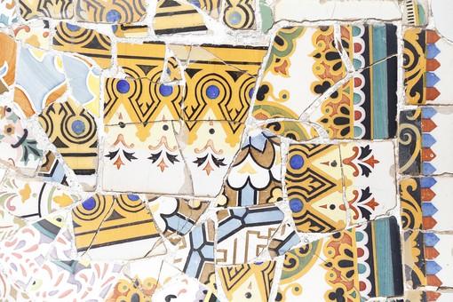 海外 外国 ヨーロッパ スペイン バルセロナ グエル公園 グエル伯爵 ガウディ アントニオ 建築 建築物 建物 建築家 デザイナー タイル モザイク トレンカディス ジュゼップ マリア ジュジョール 旅行 旅 観光 トリップ トラベル 曲線 トカゲ 外観 有機的 カラフル 黄色 黒 青 模様 柄