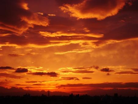 何かが起こりそうな夕焼けの写真