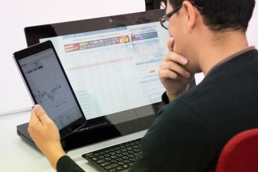 インターネット ネット パソコン タブレット 男性 ビジネス 株 チャート キーボード 仕事 趣味 デスクトップパソコン ipad カジュアル オフィス 人物 閲覧 考え中 調べもの 調べる
