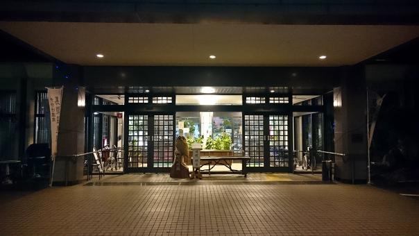 施設 玄関 入口 自動ドア 夜 タイル 照明 光 光り 宿泊施設