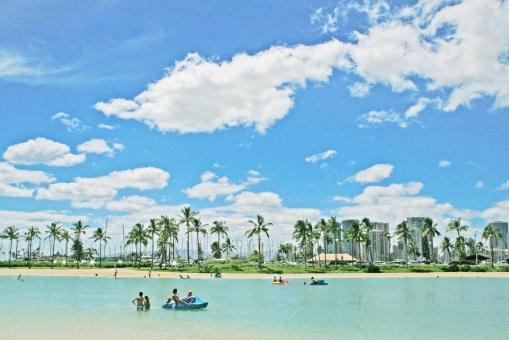 ハワイ hawaii ビーチ 青空 ブルースカイ bluesky 雲 椰子の樹 海 夏 バカンス 海外 旅行 トラベル 常夏 浜辺 パームツリー 季節 景色 風景 背景 ポストカード postcard ワイキキビーチ ワイキキ 砂浜 高層ビル 人物 人