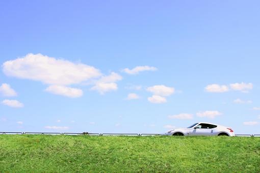 風景 景色 空 青空 雲 緑 植物 車 ドライブ 草 葉 土手 春 夏 季節 外車 スポーツカー 青 背景 自然 道 道路 運転 乗り物 自動車