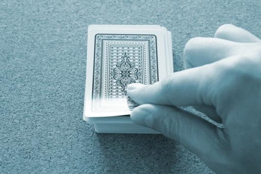 カード めくる トランプ ゲーム 捲る カードの山 カードを引く わからない 未知 将来 未来 ビジネス 人生 運命 切り拓く 切り開く チャレンジ 挑戦 行動 アクション 意志 思いを込める 期待する 不安 勝負 ギャンブル 勝ち負け 信念 幸運 不運