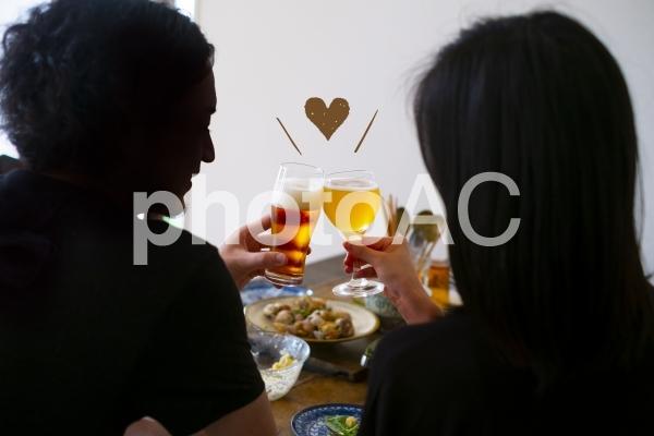 カップル家飲みで乾杯の写真