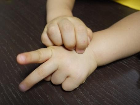 手あそび 手遊び てあそび かたつむり チョキ グー ピース 子供 子ども こども 小さな手 小さい手 手 かたつむり