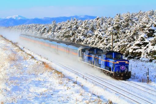 寝台特急 カシオペア 寝台列車 夜行列車 ブルートレイン ディーゼル機関車 DD51 E26系 客車 JR北海道 雪 雪景色 JR東日本 鉄道写真 列車 冬 積雪 大雪 山