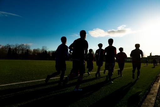 サッカーグラウンドとランニングの写真