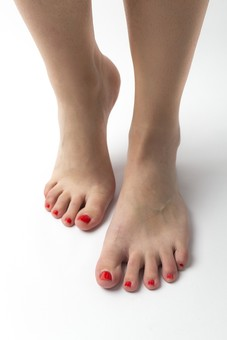 足 脚 あし フット 生足 裸足 素足 女性 女 女子 ウーマン 立つ 起立 20代 30代 足元 脚の甲 足の甲 フットケア 両脚 両足 人物 若い 若者 美容 ヘルスケア ペディキュア フットネイル おしゃれ お洒落 白背景 足の爪 肌 スキンケア 足の指 ファッション
