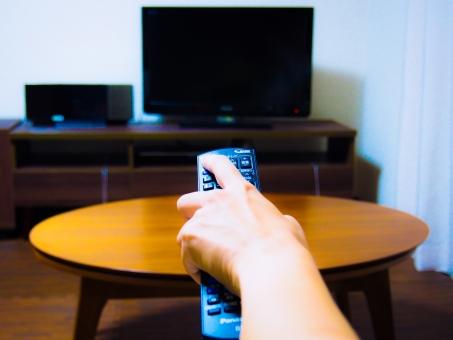 テレビ リモコン チャンネル 電源 スイッチ ボタン つける 切り替え リモート アクセス スタート 開始 番組 予約 録画 リビング 手 女性 コントローラー 地デジ 電波 赤外線 atohs ピッ テーブル 部屋 手を伸ばす 液晶 映画 ドラマ バラエティ ウッド