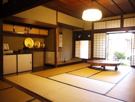 日本家屋 和室 木 木造建築 骨董品 ローテーブル 掛け軸 花卉 障子 畳 和 床の間 庭 植物 緑 中庭 和風照明 背景 室内 テクスチャ