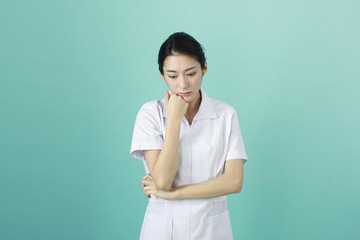 人物 女性 日本人 20代 30代   仕事 職業 医療 病院 看護師  ナース 医者 医師 女医 薬剤師  白衣 看護 屋内 スタジオ撮影 背景  グリーンバック おすすめ ポーズ 上半身 考え事 考える 頬杖 悩む  mdjf010