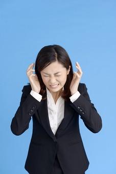 人物 女性 日本人 20代 若者  ビジネス スーツ 黒 紺色 セミロング  OL 社会人 会社員 ビジネスマン 就活  就職活動 真面目 ポーズ 屋内 スタジオ撮影  ブルーバック 上半身 イライラ むしゃくしゃ 苛立つ 限界 うるさい 叫ぶ mdjf013
