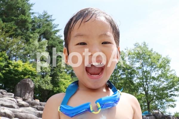 川遊びする男の子の写真