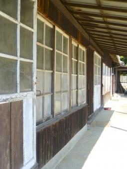 古い 建物 木造 校舎 ロケ 映画撮影 昔の建物 小学校 分校 学校 建築物 建築 窓 木 壁 廃校 回想 木造校舎 木造建築 古い建物 昔の学校 ガラス