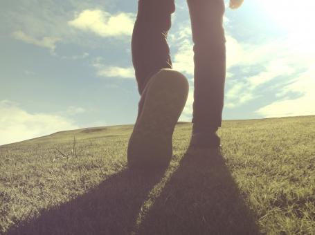 新しい第一歩を踏み出す瞬間 旅立ちの写真