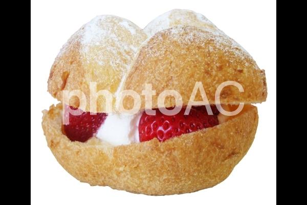 苺のシュークリームの写真