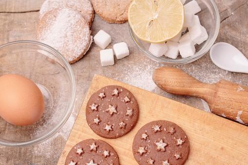 砂糖 シュガー クッキー ビスケット 手作り ホームメイド 焼く 簡単 お菓子 焼き菓子 スナック スイーツ おやつ 間食 デザート  美味しい 甘い 高カロリー  木 デコレーション 星 スター チョコ 丸型 粉砂糖 材料 レモン 檸檬 卵 棒 まな板 お菓子作り