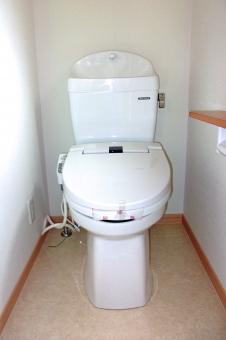 トイレ 便器 洋式トイレ 水洗トイレ 個室 ハウジング インテリア 内装 白い壁 シャワートイレ トイレット レストルーム 化粧室 風景 景色 住宅 住居 建物 建造物 建築 建築物
