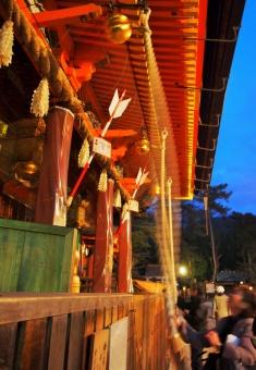 八阪神社 神社 祇園 お祈り お参り 初詣 初もうで 祇園 大國 大社 鐘 鈴 賽銭 本坪 祈る 元旦 正月 京都 Kyoto shrine Yasaka Gion pray New Year