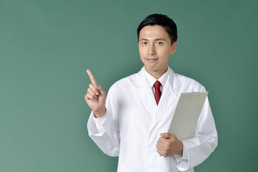 日本人 男性 医療 白衣 1名 一名 一人 20代 30代 黒板 背景 吹き出し 宣伝 広告用 バナー用 デザイン用 素材 ユニフォーム 診察 研究家 専門家 実験 薬剤師 医者 医師 ドクター 実験 さわやか 真面目 まじめ 好青年 資料 指をさす 指さし こちら 案内 笑顔 緑 グリーンバック mdjm001