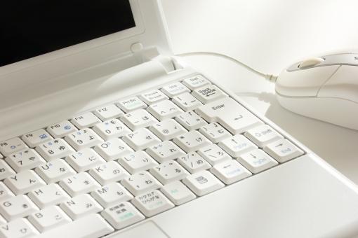 パソコン マウス ノートパソコン ビジネス シンプル 白い 白 清潔感 クリーン 事務所 オフィス IT PC IT PC 有線 ケーブル モバイル データ入力 グラフ作成 データ作成 書類 資料 プレゼン プレゼンテーション プレゼン資料 会社 クリエイティヴ デスク 机