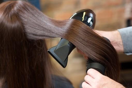 屋内 室内 モデル 外国人 人物 人 人間 大人 女性 女 20代 若い ロングヘア ヘアケア 頭 髪 茶髪  健康 ツヤツヤ サラサラ 美容 長髪 髪の毛  ストレート 技術 美容師 手 手元 ドライヤー ブラシ 美しい 綺麗 2人 ストレートヘア