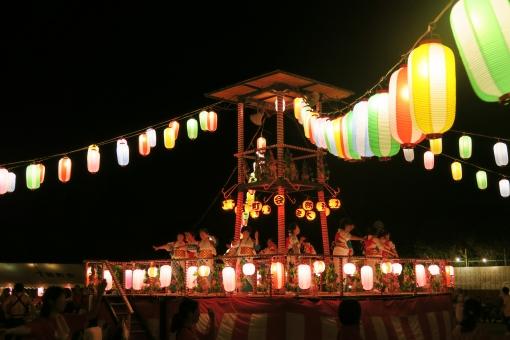 夏祭の盆踊り夜景風景-提灯とやぐらの写真
