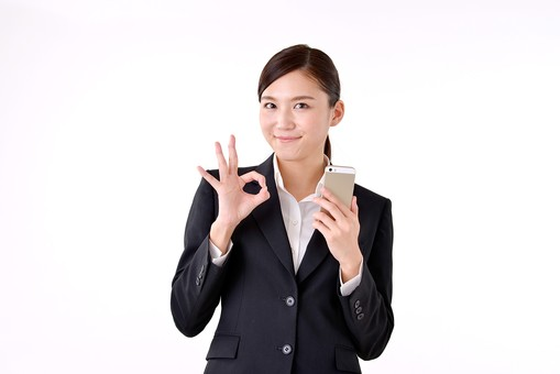 人物 日本人 女性 若い 若者   20代 スーツ 就職活動 就活 就活生   社会人 OL ビジネス 新社会人 新入社員   フレッシュマン ビジネスマン 面接 真面目 清楚  屋内  白バック 白背景 携帯 電話 スマホ スマートフォン OK オーケー サイン ジェスチャー mdjf007