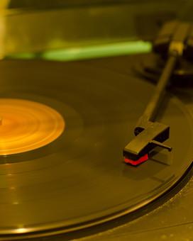 アンティーク 骨董品 コレクション 古い 昔 レコード レコード針 音楽 音響 雑音 ノイズ LP レコードプレイヤー レコードプレーヤー アナログ オーディオ ステレオ ターンテーブル 回転 懐かしい 思い出 懐古 愛着 こだわり ビンテージ ヴィンテージ 掘り出し物 ボケ味 ピント ぼかし