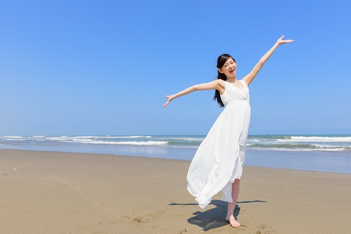 洋服 マキシワンピース 日本人 女性 ビーチ 海 砂浜 人物 旅行 旅 観光 オーシャン 青 ブルー 波 トラベル ホリデー 青空 晴天 晴れ 美女 綺麗 野外 屋外 夏 常夏 楽園 手を上げる 手を広げる 白 全身 mdjf011