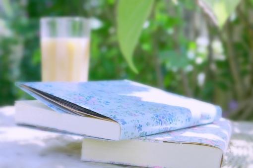 お茶 コーヒー カフェオーレ 本 読書 文庫本 休憩 ひとやすみ 一休み 昼下がり のどか 午後 ひととき 至福 初夏 日差し 影 緑 グリーン 庭 一服 昼寝