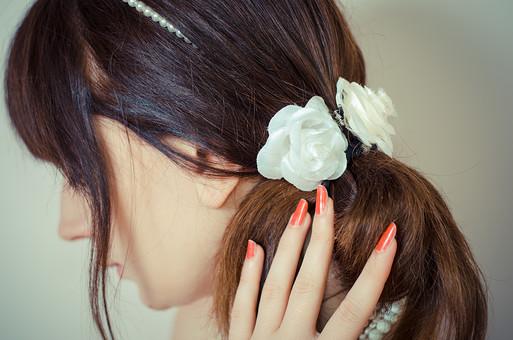 結婚 結婚式 新婦 女性 花嫁 女の人 外国人 セルビア 幸せ 屋内 髪飾り バレッタ バラ 造花 白 後姿 マニキュア 赤 束ねる 後頭部 髪を触る 髪を止める 髪飾り ウェディング 挙式 お祝い mdff020