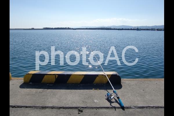 海と釣竿の写真