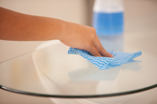 屋内 室内 部屋 家事 生活  暮らし 家庭 家 住宅 掃除  清掃 洗剤 ボトル テーブル 机 ガラス 人物 女性 手元 アップ ふく 拭く 拭き取る 布巾 ふきん 雑巾 ぞうきん ハウスクリーニング ハウスキーピング