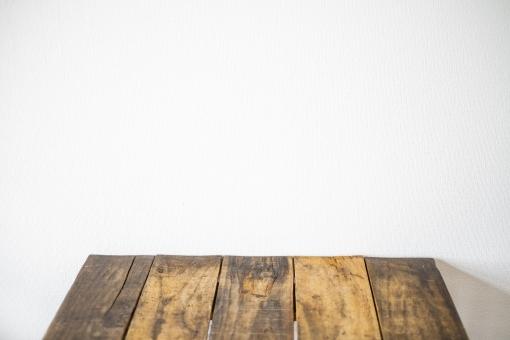 木の机と白い壁の写真