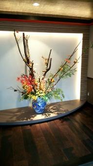玄関 出向かえ 華 花 生花 展示 設置 癒し 花瓶 和式 古式 日本 和風 旅館