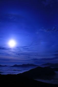 雲海 雲 夜景 夜 月 月明かり 月夜 夜空 山 景色 風景 自然 環境 空 逆光 シルエット 影 光 青空 青い空 光の輪 ポスター 背景 バックグラウンド 背景素材