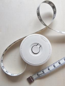 メジャー 巻尺 巻き尺 測る 身体測定 ウエスト ダイエット 肥満 メタボ メタボリック ビューティー 美容 健康 健康維持 健康管理 痩せたい 痩せる 太る 数字 管理 長さ 高さ 奥行き