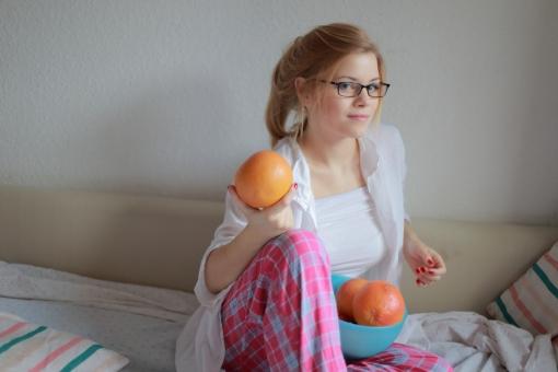 リラックス プライベート 外国人 女性 女 20代 白人 ブロンド ブロンドヘヤ 金髪 ロングヘア パジャマ ルームウェア 部屋着 自室 部屋 休日 休み まったり 全身 ベッド 布団 チェック ひとり 寝起き 朝食 朝ごはん グレープフルーツ みかん 柑橘 めがね メガネ メガネ女子 眼鏡 カメラ目線 ポニーテール mdff010